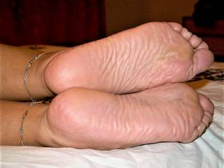 took a few more of her soles closeup ..i had a good lick and suck of them a few times while taking the pics ....would you like to try Phuong\'s soles ???