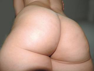 Who wanna bite theses cheeks and also spank them.