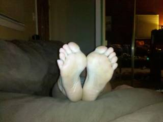 love to fuck her sexy feet and cum allover them