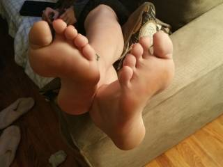 What I wouldn't give to be able to sniff, lick, kiss and taste those amazing toes...let alone feel them wrapped around my hot hard throbbing cock. Soooo sexy!!
