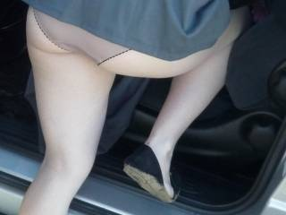 love perving on panties when they r leaning over in the car mmm