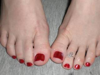 MMM yes I do! I'd love to lick, kiss, nibble, suck and fondle those lovely toes and hot feet ;-P Love to feel your toes wrapped around my hard dick as I cum ;-)