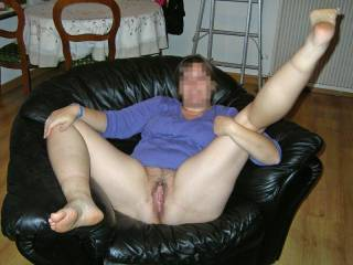 Mrs B show you her fat pussy ;-)