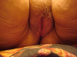 THATS A NICE FAT HAIRY PUSSY I WOULD LOVE THE CHANCE TO BEAT THAT UP AND EAT IT UP