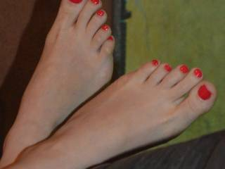 WHAT I wouldn't give to be able to sniff lick kiss suck and taste those amazing hot sexy toes!! SOOoo very jealous!!!