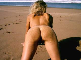 wife showed some guys on the dune her pussy , they loved to see her like this