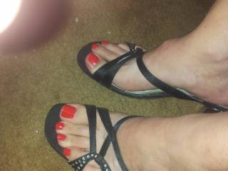 I would be honoured to see my cum slowly running down your feet...slipping between your toes....stuff of dreams! Maybe one day ;)