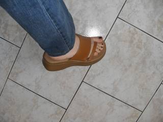 friend who has let me thake a pic of her feet... later i suck her sexy toes... :p