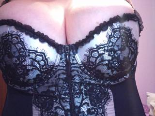 stunningly beautiful & very sexxxy. love the easy access zip on the front ;-)