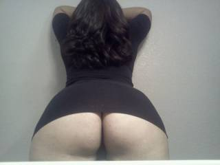 what a nice dark and curvy hair... and what a nice slim waist and a round butt to pound at!  boy let s meet!