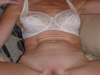 love mature women who like showing their hot spread pussies!!!