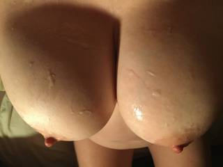 I like the feel of hot spunk on my tits !! but need a bigger load than this ideally could do with 3 or 4 wanking over them at the same time!!