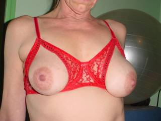 Lingerie - Tits out bra