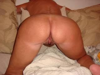 nice shapley ass & pusssy, she looks so good in that position