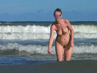 nude woman shows body outdoor