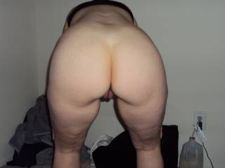 A naked ass and a pussy seen from the rear........NICE!!!