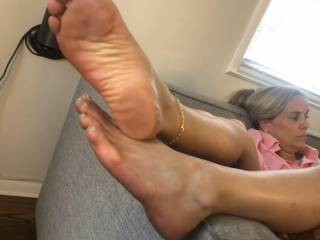 I think I'm going to explode in her mouth after rubbing between her toes