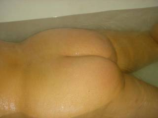 Wife's big ass in the tub