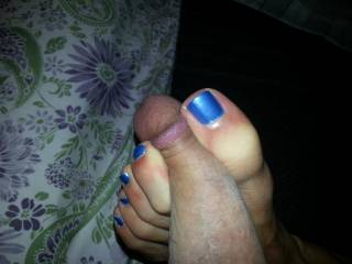 Very sexy toes. Would love to feel those on my cock.
