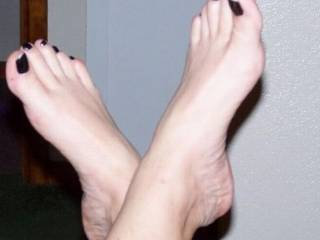 feet isnt me main focus but they would look so nice on my shoulders