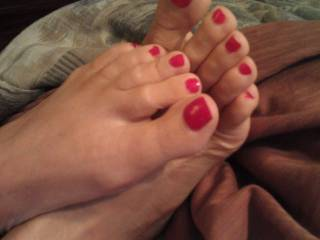 very sexy, i'd so love them playing with my balls then wrapped around my cock, coaxing my cum out onto her pretty toes!