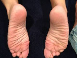 Would love to lick her sexy soles! Tasty!!!