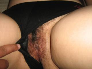 what a great looking pussy, would luv to part yur bush and lips with my tongue...how bout it!!!