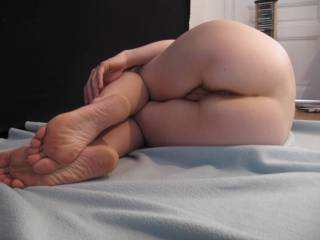 mmm very sexy feet and ass love to play with you mmm