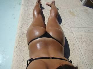 i wud get my cock out 4 a wank if i saw that by the pool!!