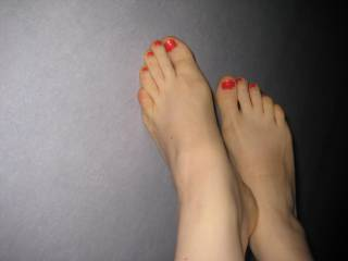 Sexy feet. Want to lick them and continue up your legs til I reach your...........mmmmmmm