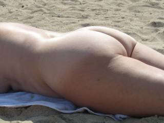 Admittedly, I am someone who prefers exposed breasts, but nothing wrong with a bare ass on the beach