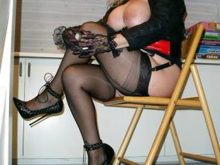 Waiting for the Slave Cock do you like my FF Nylons and my Heels ? Yes.......than Wank your Cock and cum on my Nylons !!  Kisses Angelique
