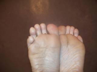 mmm very sexy feet love to cum on them