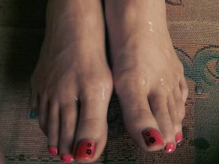 Wish I could dump a huge load of creamy cum all over those amazing toes myself! Great pic! :)