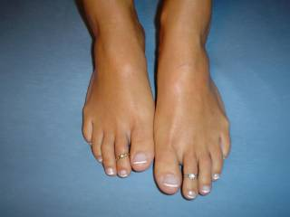 Very very sexy feet/toes! Love to suck on your sexy toes and cum on your feet and lick them clean!