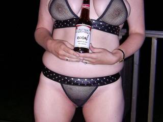 Feeling hot n horny with a cold beer for afters ... Any takers ?